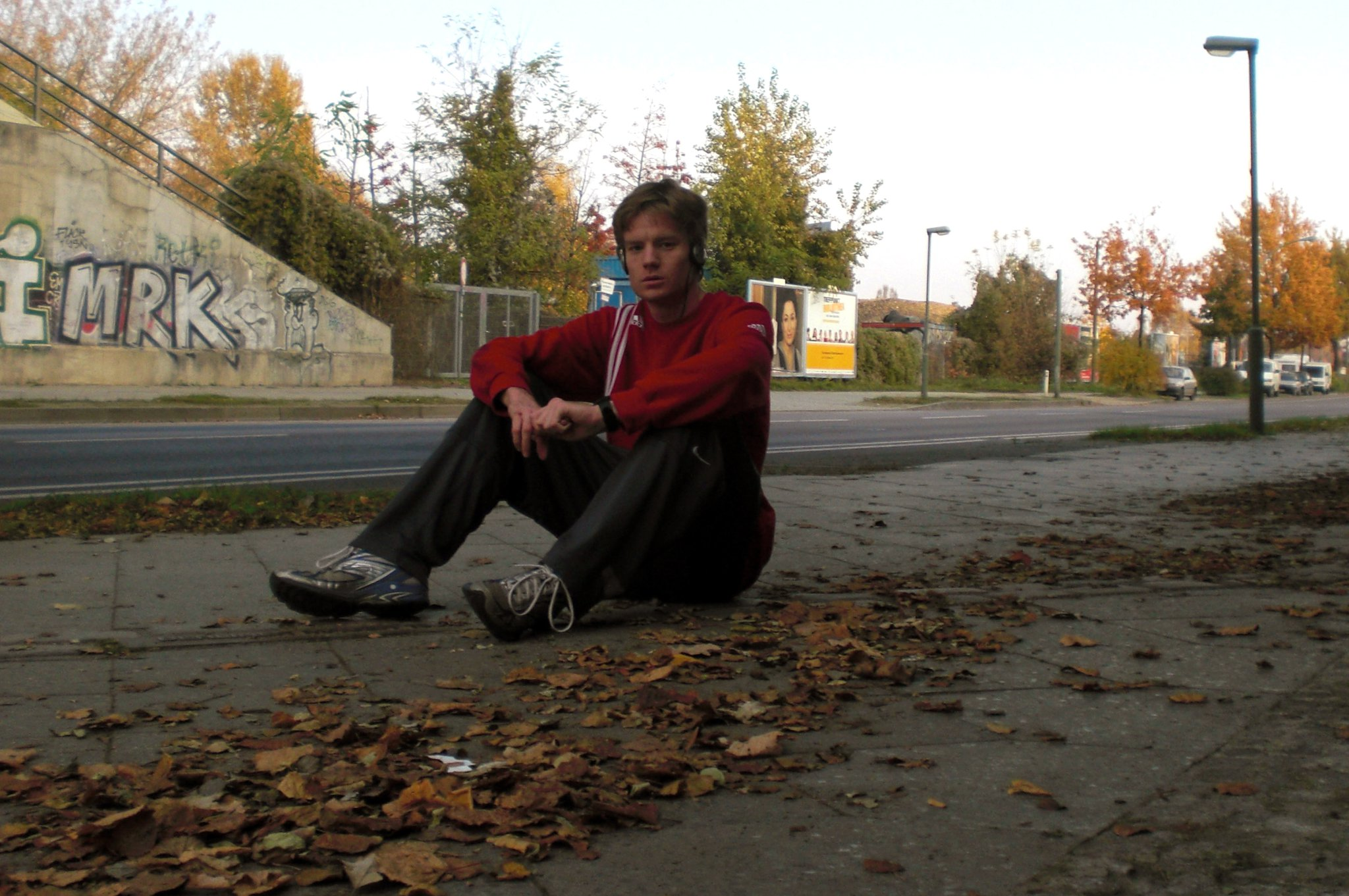 Wo ich auf diesem Bild von 2010 sitze, stand mal die Berliner Mauer.  Sie wurde (von der DDR) errichtet, um Menschen davon abzuhalten, in die Bundesrepublik Deutschland zu flüchten.